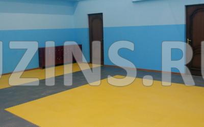 В городе Якутск - в детском спортивном зале солнечный желтый Райс 5мм в дополнении с серым создал яркую атмосферу для занятия спортом.